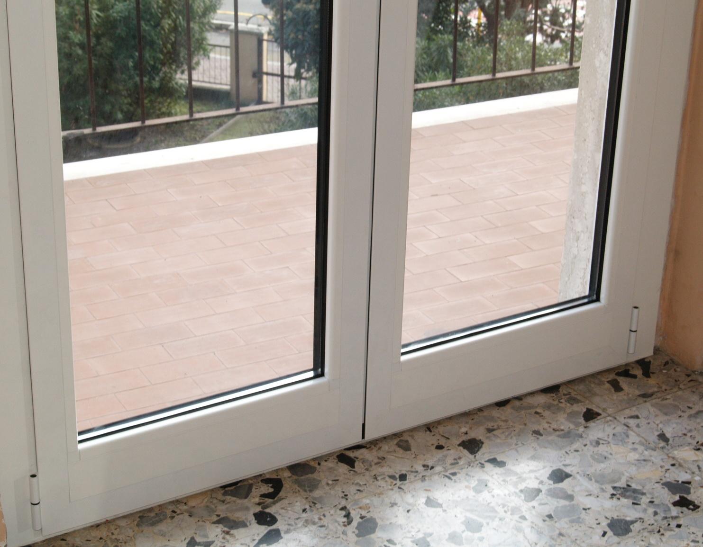 V8 serramenti e infissi finestre risparmio energetico porte e portoncini - Finestre in alluminio color legno ...