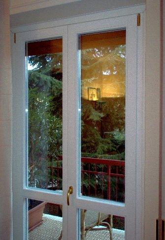 V8 serramenti e infissi finestre risparmio energetico porte e portoncini - Finestre in legno bianche ...